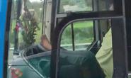 Clip: Rợn người cảnh tài xế lái xe khách bằng chân trên cao tốc Trung Lương – TP HCM
