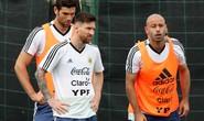 Giải mã hình ảnh Messi ôm dê trước World Cup