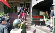 Cảnh sát đột kích quán bar, đưa gần 50 dân chơi về trụ sở