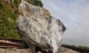 Mưa lớn, nhiều tảng đá trăm tấn rơi xuống chắn ngang đường sắt