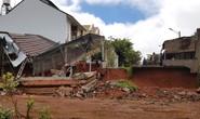 Dùng máy xúc san gạt đất gây sập nhà hàng xóm?