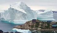 Băng trôi 11 triệu tấn ghé chơi, cả ngôi làng ở Greenland nín thở