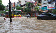 Hà Nội: Mưa lớn, người dân bì bõm trên nhiều tuyến phố biến thành sông