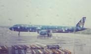 Máy bay hạ cánh lệch vị trí tại Nội Bài dưới mưa lớn