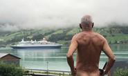 Chính trị gia 71 tuổi khỏa thân tỏ thái độ với du thuyền