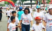 Gần 1.000 người chạy bộ gây quỹ học bổng cho trẻ em nghèo miền Trung
