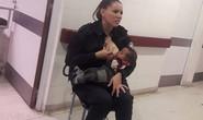 """Nữ cảnh sát cho trẻ suy dinh dưỡng bú gây """"bão"""" mạng"""