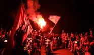 Hồ Gươm tràn ngập pháo sáng và cờ đỏ mừng chiến thắng Olympic Việt Nam