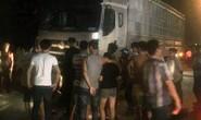 Dừng xe cứu người bị tai nạn, nhóm người bị xe tải tông trực diện