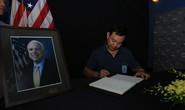 Người dân đến viếng ghi gì trong sổ tang Thượng nghị sĩ  John McCain?