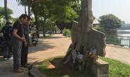 """Người dân mang hoa tới """"bia"""" bên hồ Trúc Bạch tưởng niệm TNS McCain"""
