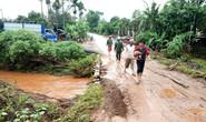 Chạy xe máy qua vùng nước lũ, 2 thanh niên bị cuốn trôi