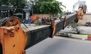 Kinh hãi xe cẩu đổ sập trên đường Phạm Văn Đồng