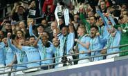 Cựu trung vệ tuyển Anh Lescott và Quang Hải nâng cúp Ngoại hạng Anh