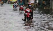 TP HCM: Mưa như trút nước, đường ngập sâu, xe chết máy la liệt
