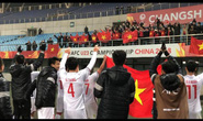 Clip: Khoảnh khắc chia vui xúc động của U23 Việt Nam với người hâm mộ