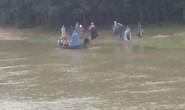 Kinh hoàng thanh niên mang thi thể cô gái trẻ thả trôi sông