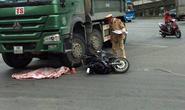 Xe máy va chạm với xe tải, cháu bé 2 tuổi văng xuống đường tử vong