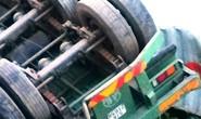 Tàu hỏa tông đứt đôi xe container, tài xế thoát chết