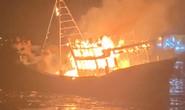Sau tiếng nổ lớn, tàu cá hàng tỉ đồng bốc cháy ngùn ngụt trong đêm