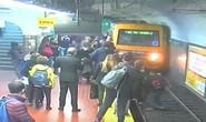 Người đàn ông ngất xỉu, đẩy người phụ nữ ngã vào đường tàu