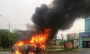CLIP: 20 người hốt hoảng lao ra khỏi xe khách bốc cháy