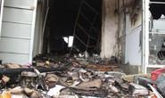Nửa đêm lửa bất ngờ bùng cháy, khiến 3 ki-ốt bị thiêu rụi