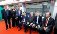 Thường trực Ban Bí thư Trần Quốc Vượng lên đoàn tàu đầu tiên của tuyến đường sắt Nhổn-Ga Hà Nội