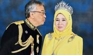 """Hoàng hậu Malaysia bị """"cướp"""" nụ hôn"""