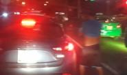 Nam thanh niên thản nhiên tiểu bậy giữa đường khi xe ô tô dừng đèn đỏ