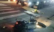Xe tải biển nước ngoài tông xe máy dừng chờ đèn đỏ, vợ tử vong, chồng trọng thương
