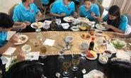 Đội tuyển nữ thiếu thức ăn, HLV Mai Đức Chung trấn an hôm nay đã có thịt bò, cá hồi