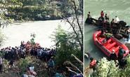 Xe buýt chở hơn 100 người lao xuống sông, thương vong gần hết
