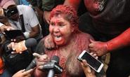 Nữ thị trưởng bị người biểu tình lôi đi, sởn tóc