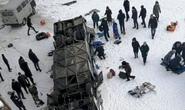 Đang đi trên cầu, xe buýt lật xuống sông băng, 19 người thiệt mạng