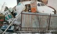 Máy bay lao liên tiếp vào hàng rào, nhà 2 tầng, 15 người thiệt mạng