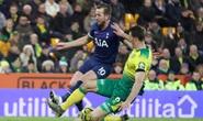 Thoát hiểm nghẹt thở tại Carrow Road, Tottenham lỡ bước vào top 4