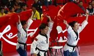 Hình ảnh cảm động Châu Tuyết Vân cùng đồng đội trao huy chương cho thầy