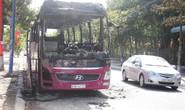 Đang đậu, xe khách giường nằm bất ngờ cháy trơ khung