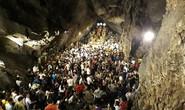 Hàng vạn người đổ về chùa Hương ngày khai hội