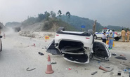 Xe Mazda 6 lật ngửa trên cao tốc Nội Bài-Lào Cai, 3 người bị thương