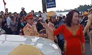 Đốt pháo sáng khi đón dâu, mẹ chú rể xuống xe lớn tiếng với CSGT