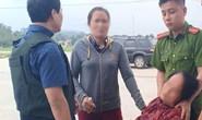 Mẹ của đối tượng buôn ma túy ngất tại hiện trường kêu gọi con trai ra đầu hàng