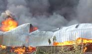 Người đàn ông mình trần cố cứu lốp ôtô trong đám cháy lớn
