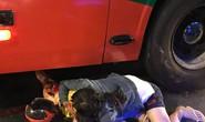 Người mẹ ôm con gái đang hấp hối dưới bánh xe khách