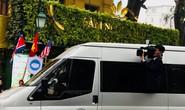 Phóng viên Triều Tiên nhoài người ra cửa xe quay Chủ tịch Kim Jong-un