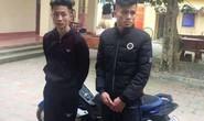 2 thanh niên chơi ngông châm ngòi ném pháo nổ vào cổng công an huyện