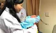 Bộ trưởng Nguyễn Thị Kim Tiến đón em bé chào đời trong đêm giao thừa
