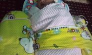 Bé gái sơ sinh còn nguyên dây rốn tím tái trong bãi rác