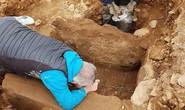 Đặt ống nước, vô tình mở cửa mộ cổ 4.000 năm